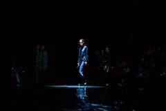 Pista di modello della passeggiata per la passerella di ALTE MODE di SENSUS all'Caduta-inverno 2017-2018 a Mercedes-Benz Fashion  Fotografia Stock Libera da Diritti