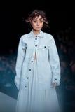 Pista di modello della passeggiata per la passerella di DARIA DASHINA all'Caduta-inverno 2017-2018 a Mercedes-Benz Fashion Week R Fotografie Stock Libere da Diritti