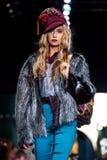 Pista di modello della passeggiata per la passerella di IGOR GULYAEV all'Caduta-inverno 2017-2018 a Mercedes-Benz Fashion Week Ru Fotografia Stock