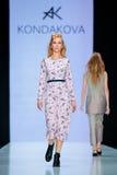 Pista di modello della passeggiata per la passerella di KONDAKOVA all'Caduta-inverno 2017-2018 a Mercedes-Benz Fashion Week Russi Fotografia Stock Libera da Diritti