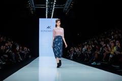 Pista di modello della passeggiata per la passerella di KONDAKOVA all'Caduta-inverno 2017-2018 a Mercedes-Benz Fashion Week Russi Fotografia Stock