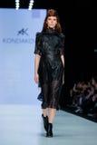 Pista di modello della passeggiata per la passerella di KONDAKOVA all'Caduta-inverno 2017-2018 a Mercedes-Benz Fashion Week Russi Immagine Stock