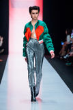 Pista di modello della passeggiata per la passerella di PORTNOY BESO all'Caduta-inverno 2017-2018 a Mercedes-Benz Fashion Week Ru Fotografia Stock Libera da Diritti