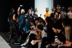 Pista di modello della passeggiata per la passerella di YULIA KOSYAK all'Caduta-inverno 2017-2018 a Mercedes-Benz Fashion Week Ru Immagini Stock