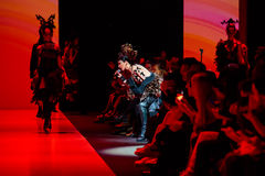 Pista di modello della passeggiata per la passerella di YULIA KOSYAK all'Caduta-inverno 2017-2018 a Mercedes-Benz Fashion Week Ru Immagini Stock Libere da Diritti