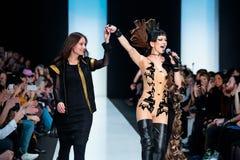 Pista di modello della passeggiata per la passerella di YULIA KOSYAK all'Caduta-inverno 2017-2018 a Mercedes-Benz Fashion Week Ru Immagine Stock Libera da Diritti