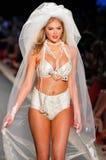 Pista di modello delle passeggiate di Kate Upton alla raccolta del costume da bagno del coniglietto della spiaggia per estate 2012 Fotografia Stock