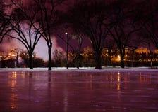 Pista di pattinaggio del ghiaccio alla notte Immagine Stock