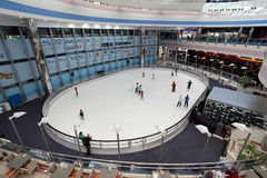 Pista di pattinaggio di ghiaccio nel viale del porticciolo, Abu Dhabi Immagine Stock Libera da Diritti
