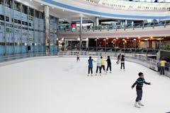Pista di pattinaggio di ghiaccio nel viale del porticciolo, Abu Dhabi Immagine Stock
