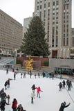 Pista di pattinaggio di pattinaggio su ghiaccio del centro di Rockefeller Fotografia Stock Libera da Diritti