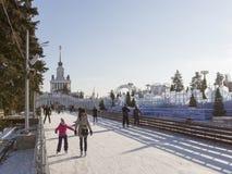 Pista di pattinaggio di pattinaggio su ghiaccio nella neve Mosca di inverno Fotografia Stock