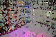 Pista di pattinaggio sul ghiaccio al centro commerciale di Al Ain, UAE Fotografia Stock