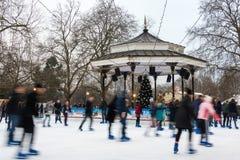 Pista di pattinaggio sul ghiaccio al paese delle meraviglie di inverno a Londra Immagini Stock Libere da Diritti