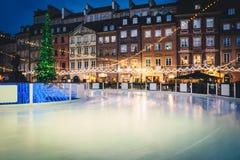 Pista di pattinaggio sul ghiaccio alla vecchia città immagini stock