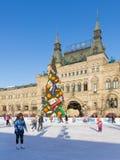 Pista di pattinaggio sul ghiaccio di Natale sul quadrato rosso nell'inverno, Russia Immagine Stock