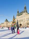 Pista di pattinaggio sul ghiaccio di Natale sul quadrato rosso, Russia Fotografia Stock Libera da Diritti
