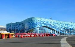 Pista di pattinaggio sul ghiaccio per l'iceberg di pattinaggio artistico in parco olimpico, Soci Fotografia Stock