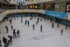 Pista di pattinaggio sul ghiaccio in un centro commerciale immagini stock