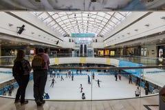 Pista di pattinaggio sul ghiaccio in un centro commerciale Fotografie Stock
