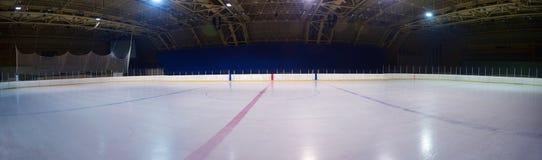 Pista di pattinaggio sul ghiaccio vuota, arena dell'hockey Fotografia Stock