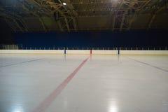 Pista di pattinaggio sul ghiaccio vuota, arena dell'hockey Fotografie Stock