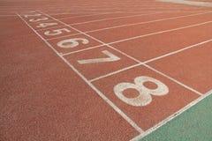 Pista di plastica rossa in un campo sportivo Fotografia Stock Libera da Diritti