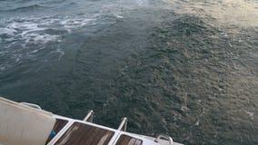 Pista di risveglio sull'yacht stock footage