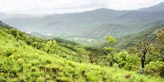 Pista di sporcizia sulla vista ripida di HillBeautiful sopra le montagne del plateau di Nyika Immagine Stock Libera da Diritti