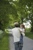 Pista do país de Carrying Daughter On do pai Fotos de Stock Royalty Free