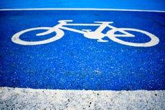 Pista do s?mbolo da bicicleta na estrada fotografia de stock royalty free