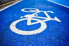 Pista do s?mbolo da bicicleta na estrada fotos de stock royalty free