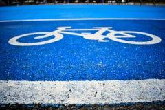 Pista do s?mbolo da bicicleta na estrada imagens de stock royalty free