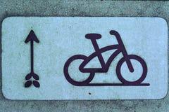 Pista e seta da bicicleta fotografia de stock royalty free