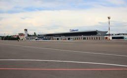 Pista en el territorio del aeropuerto de Chisinau imagenes de archivo