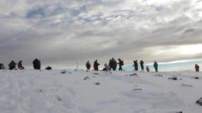 Pista en Kilimanjaro al pico más alto en el whisky de la ruta de Machame de cinco días almacen de video