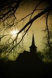 Pista en la puesta del sol, iglesia de Dracula en Transilvania Foto de archivo libre de regalías