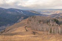 Pista en las montañas en la caída, rocas, bosque fotos de archivo
