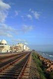 Pista ferroviaria, cielo azul y t Fotografía de archivo