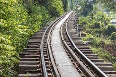 Pista ferroviaria en la provincia de Kanchanaburi, Tailandia Imagen de archivo libre de regalías