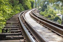 Pista ferroviaria en la provincia de Kanchanaburi, Tailandia Imágenes de archivo libres de regalías