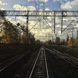 Pista ferroviaria nublada Imágenes de archivo libres de regalías
