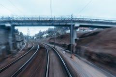 Pista ferroviaria que da vuelta a la izquierda imagen de archivo