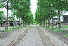 Pista ferroviaria que se amplía lejos Imagen de archivo libre de regalías