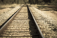 Pista ferroviaria remota en el país borroso Imagenes de archivo