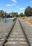 Pista ferroviaria y plataforma con el cielo azul Imagenes de archivo