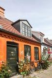 A pista idílico velha de Mollestien é uma rua cobbled pitoresca em Aarhus, Dinamarca Fotos de Stock Royalty Free