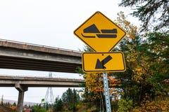 Pista a la señal de tráfico amarilla izquierda - 3/3 de la moto de nieve fotografía de archivo