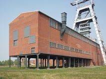 Pista-marco y un edificio en una mina de carbón Imágenes de archivo libres de regalías