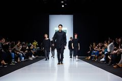 Pista modelo del paseo para la prolongación del andén de DANIIL LANDAR en la semana 2017-2018 de la moda de Moscú del Otoño-invie Fotografía de archivo libre de regalías